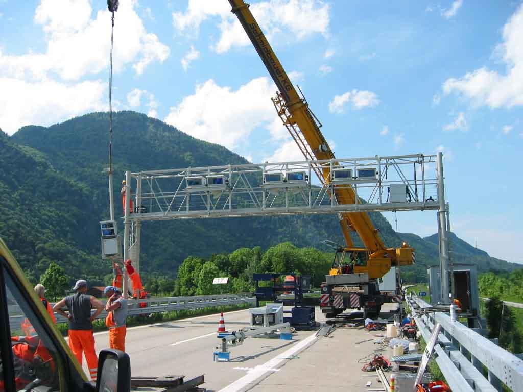 Montage einer Kontrollbrücke für die LKW-Maut