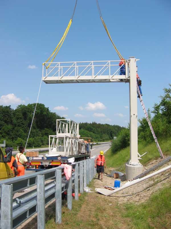 Montage einer Kontrollbrücke für die LKW-Maut Sigeko