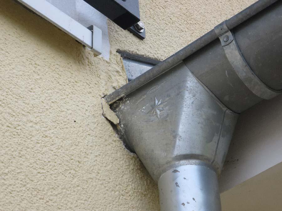 Bereits kurz nach der Abnahme brach der Außenputz durch fehlerhafte, starre Putzanschlüsse an andere Bauteile aus.