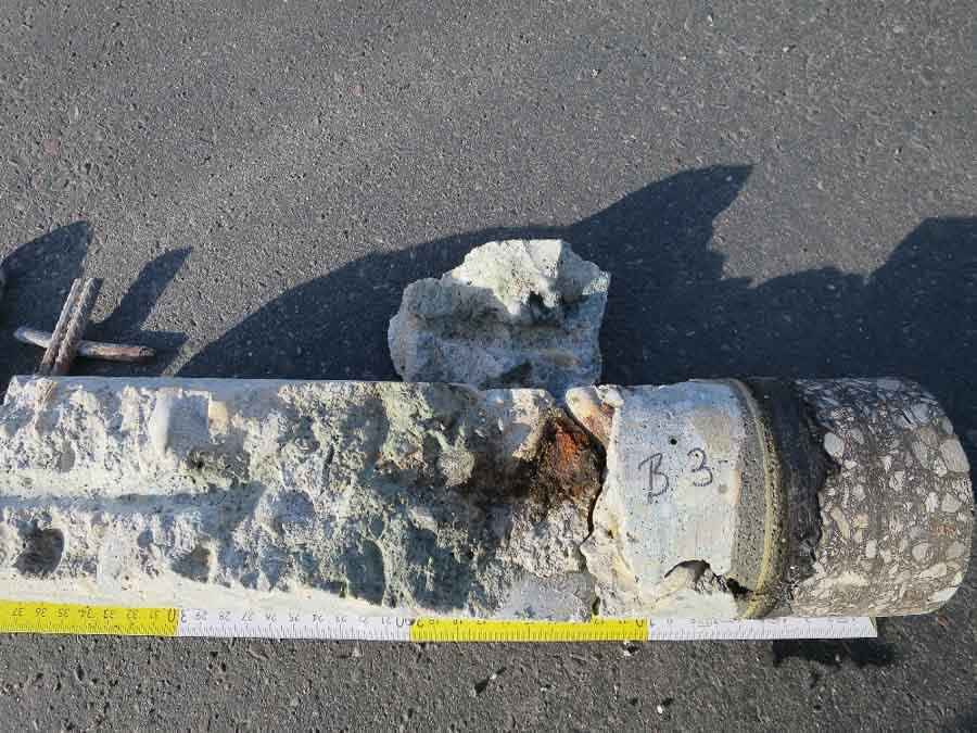 Bohrkern zur Klärung des Bewehrungszustands durch eingedrungenes Tausalz in eine Tiefgaragendecke