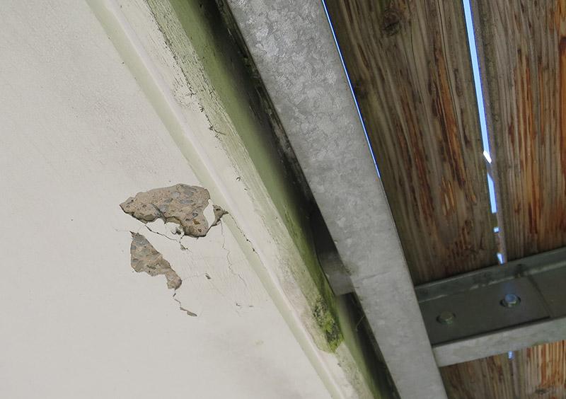 Immobilienkaufberatung. Schäden an einem Stahlbetonbalkon