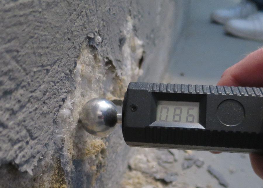 Salzausblühungen und Feuchtigkeitsmessung am Gebäudesockel