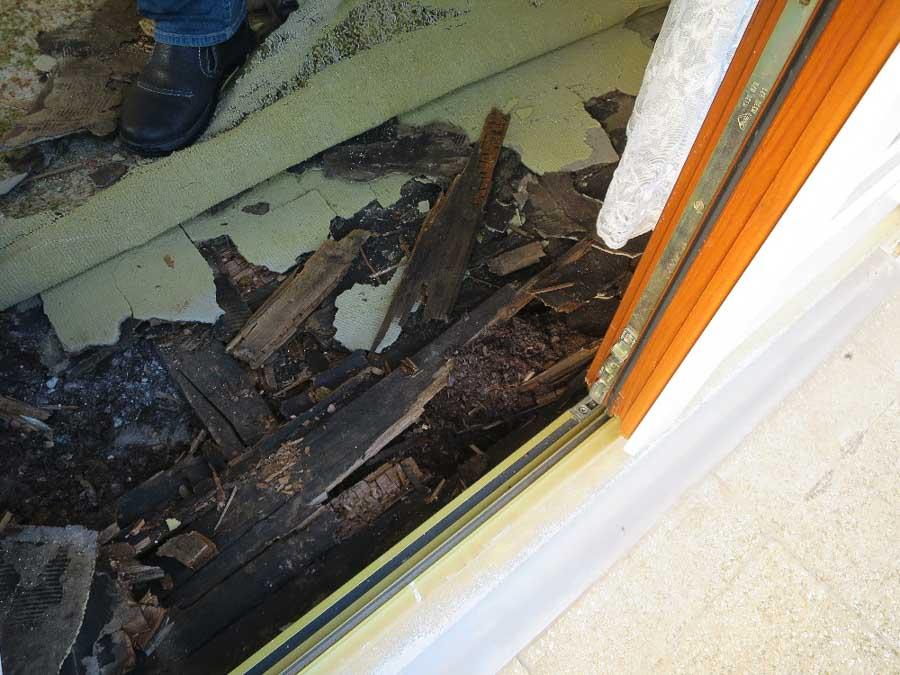 Wegen fehlender Abdichtung eingedrungene Feuchtigkeit hat Schäden an der Decke verursacht