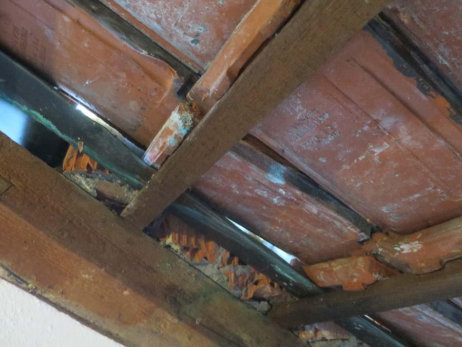 Alte Dacheindeckung nicht Schlagregendicht, Eintrieb von Flugschnee möglich