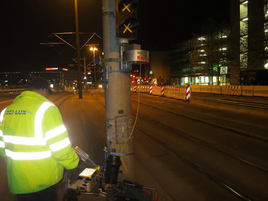 Versicherungsgutachten. Rissprüfung eines Fahrleitungsmastes der Straßenbahn in Ulm nach Omnibusanprall
